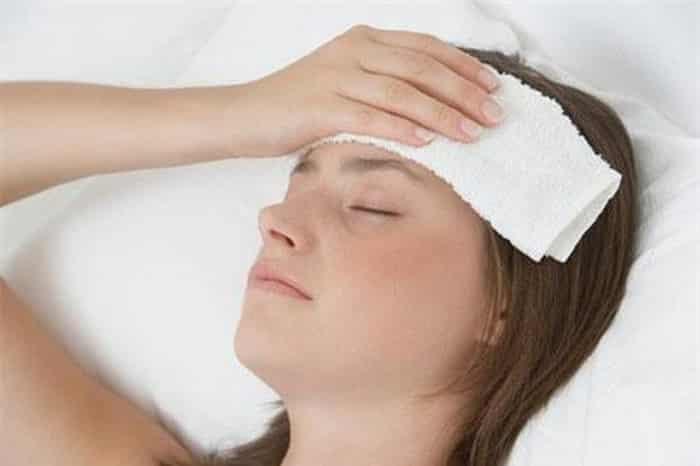đắp khăn lạnh giúp làm giảm cơn đau đầu khi mang thai