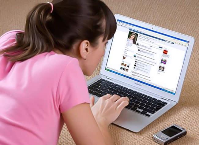 sinh viên dành quá nhiều thời gian cho facebook