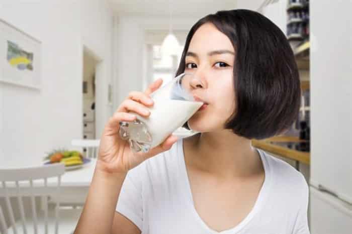 mẹ sau sinh có nên uống sữa