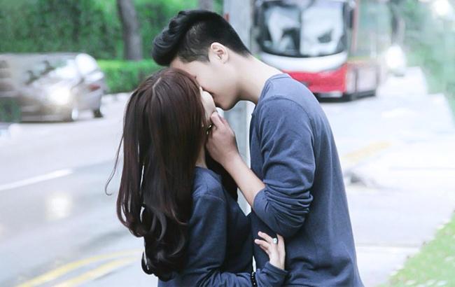 bạn trai sờ mông khi hôn
