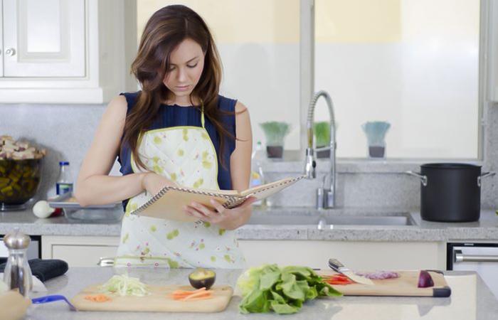 hình ảnh con gái nấu ăn