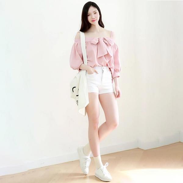 áo màu hồng quần short trắng