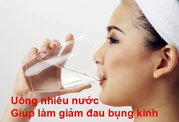 uống nhiều nước giúp làm giảm đau bụng kinh